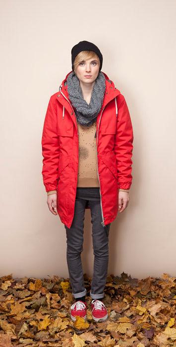 Ucon Acrobatics červená dámská bunda skapucí, parka, šedé úzké kalhoty