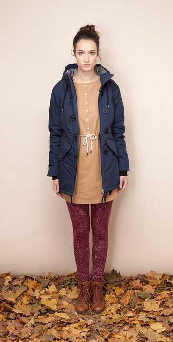 Ucon Acrobatics modrá podzimní bunda skapucí dámská, hnědé šaty, bordó legíny