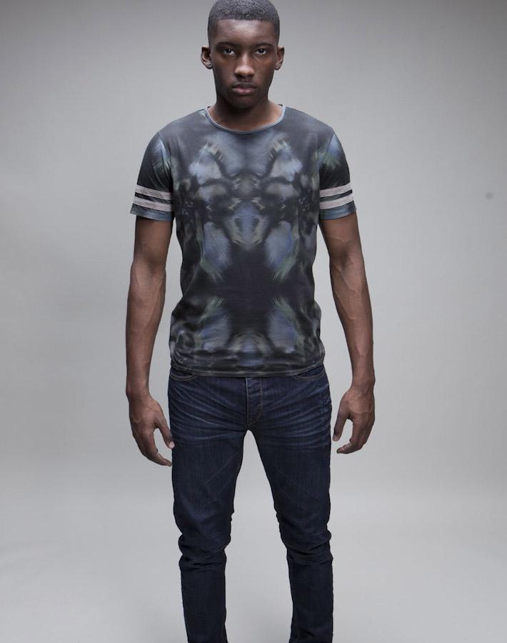 Volklore tričko sceloplošným potiskem, modré jeany