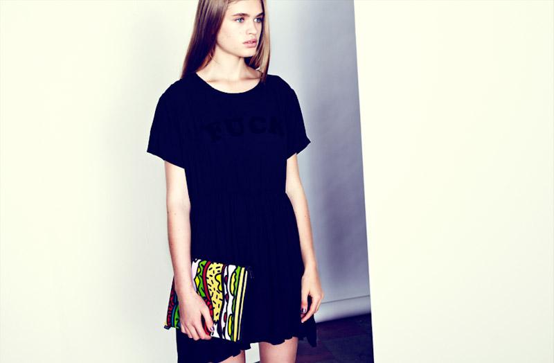 Lazy Oaf černé šaty, barevné psaníčko se vzorem