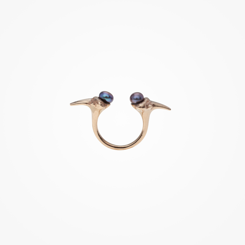 Antipearle – pozlacený stříbrný prsten stmavými perlami