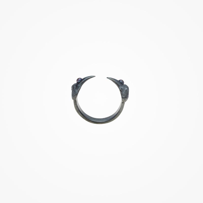 Antipearle – stříbrný prsten srutheniem, tmavé říční perly