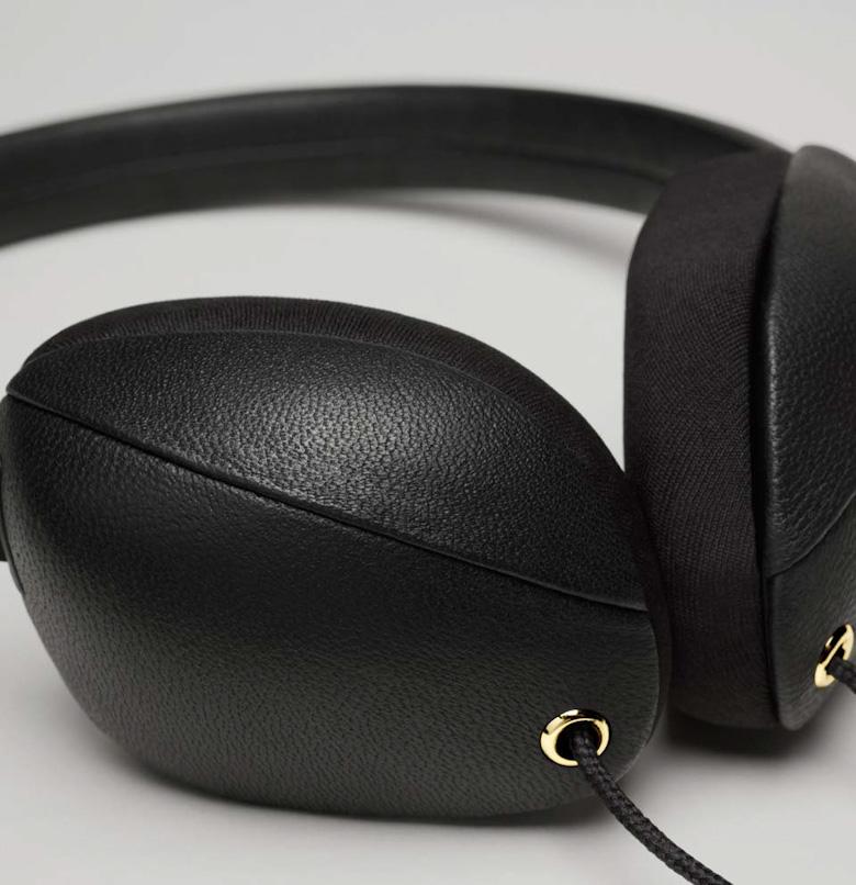 Černá sluchátka Molami Plica