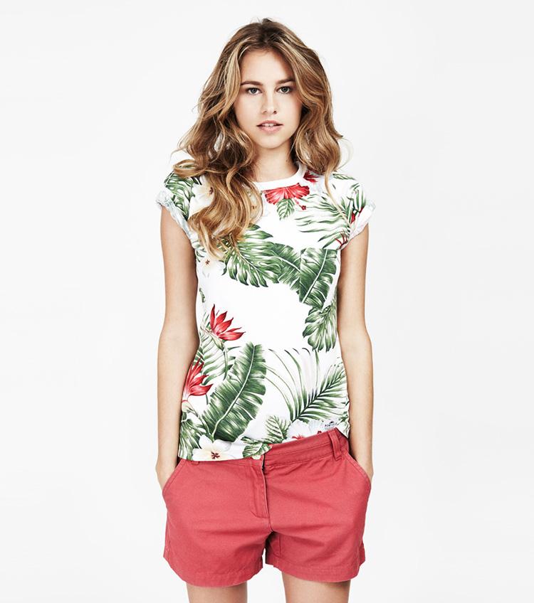 Penfield – dámská móda – tričko skvětinami, bordó šortky