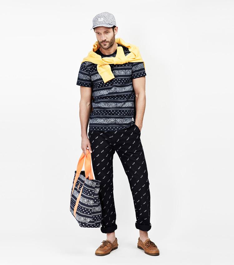 Penfield – pánská móda – černé tričko se vzorem, kalhoty se vzorem, taška