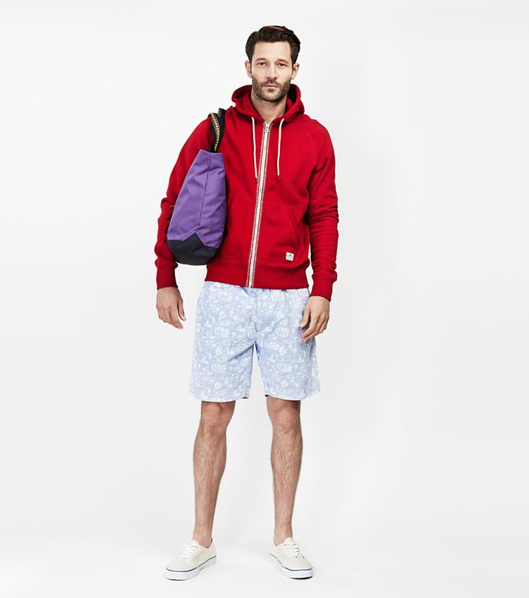 Penfield – pánská móda – červená mikina skapucí, bledě modré šortky