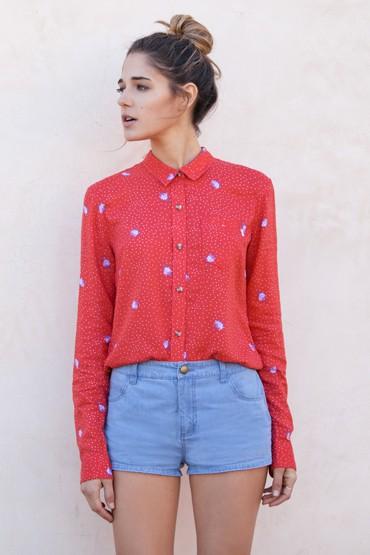Obey oblečení – červená košile se vzorem, modré šortky