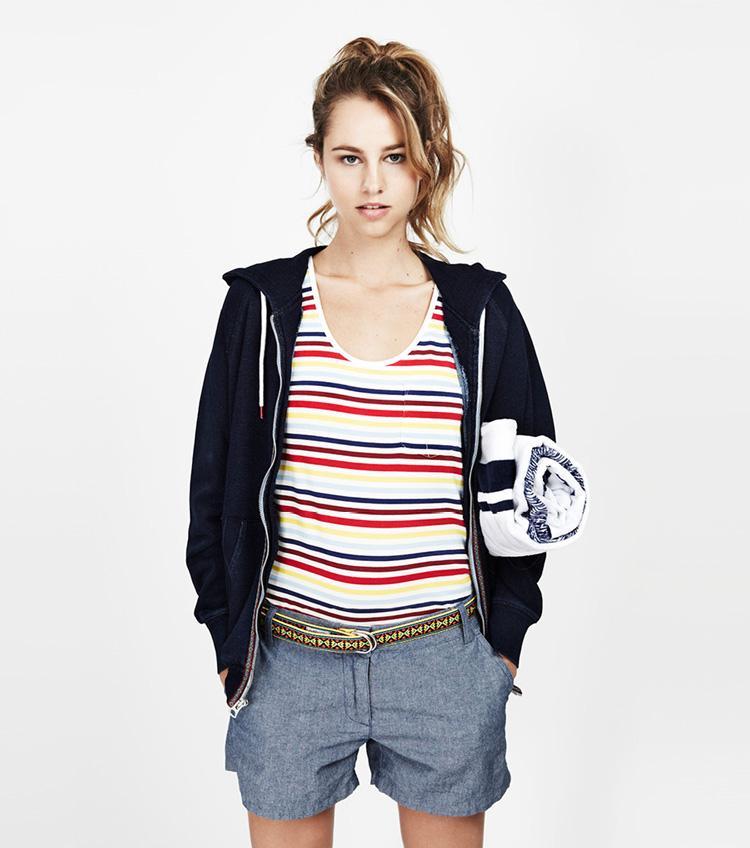 Penfield – dámská móda – tílko sproužky, šedé šortky, mikina na zip