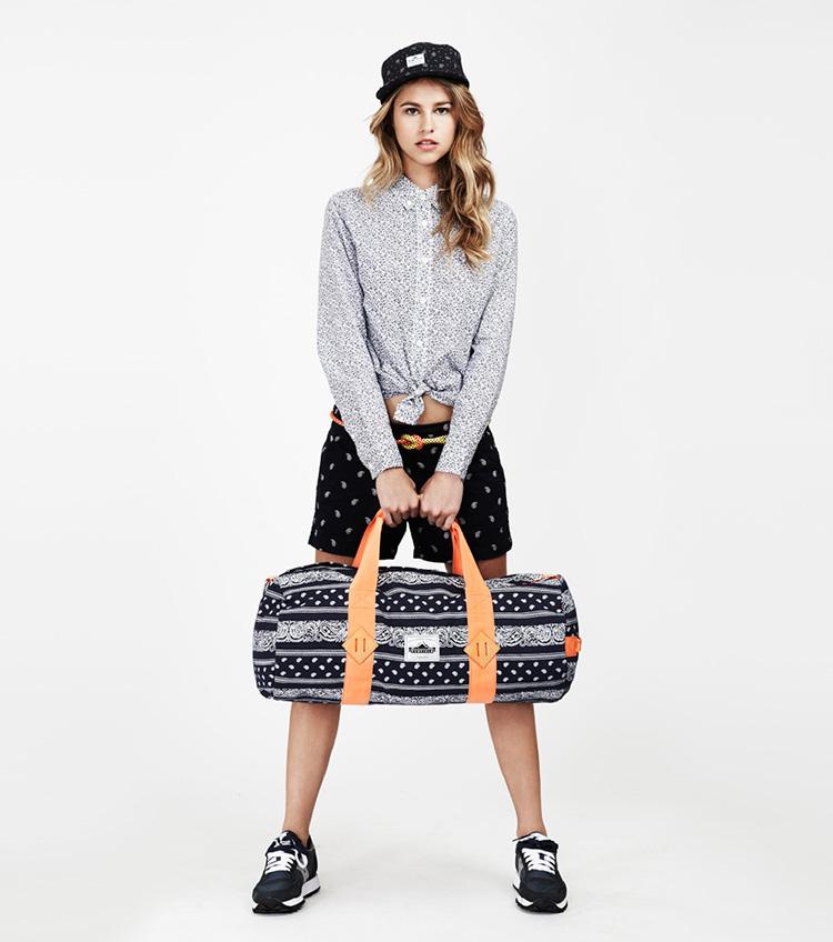 Penfield – dámská móda – vzorovaná košile, černé šortky, taška