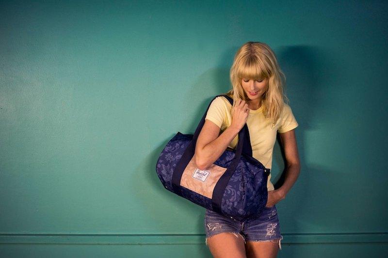 Batoh Herschel Supply – fialová příruční taška, květinový vzor