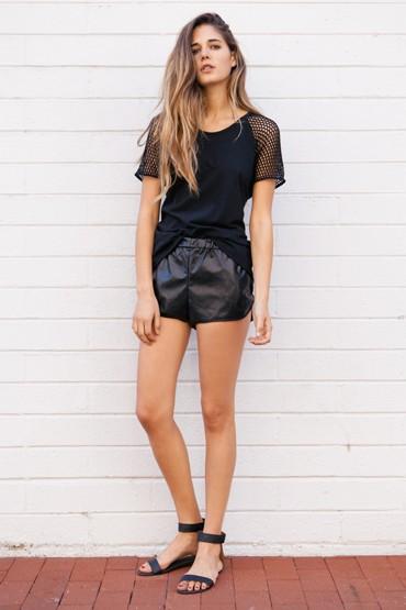 Obey oblečení – dámské černé tričko, lesklé černé šortky