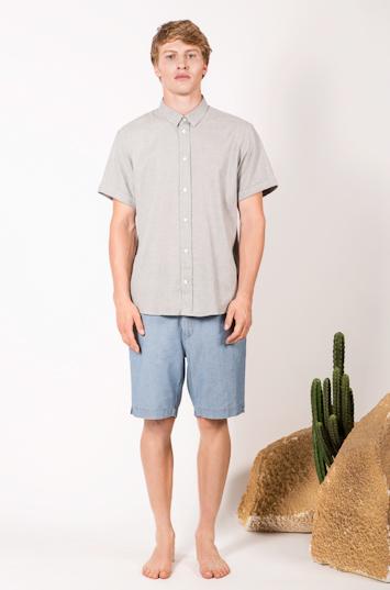 Frisur – pánské oblečení – šedá košile, světle modré šortky