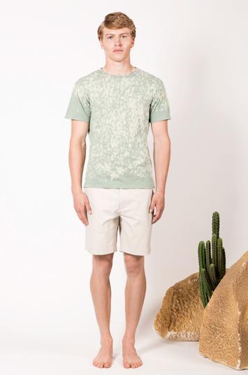 Frisur – pánské oblečení – zelené tričko – skvrny, světlé šortky