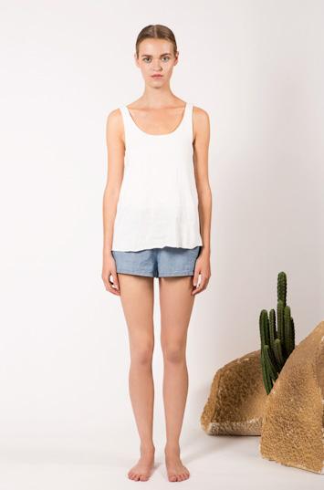 Frisur – dámské oblečení – bílé tílko, modré kraťasy