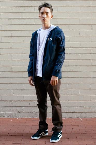 Obey – tmavě modrá pánská bunda, hnědé kalhoty