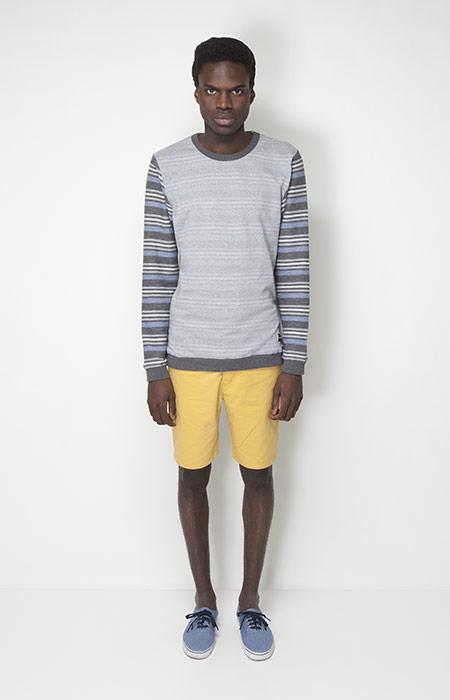 Ucon Acrobatics – pánská móda – šedá mikina, pruhované rukávy, žluté šortky