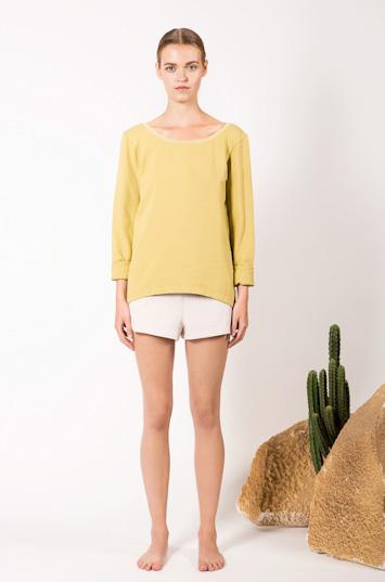 Frisur – dámské oblečení – žluté tričko, dlouhý rukáv, šortky