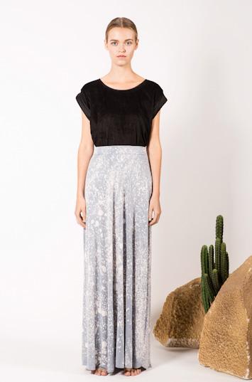 Frisur – dámské oblečení – černá blůza, dlouhá skvrnitá sukně