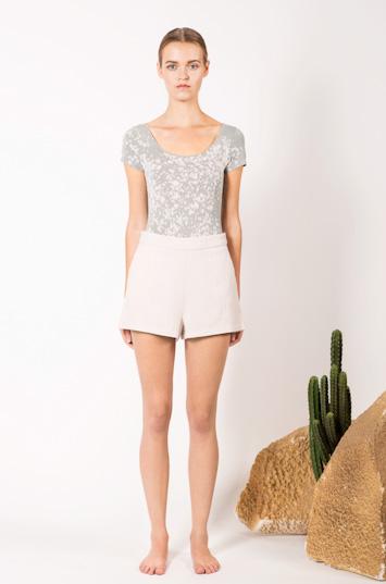 Frisur – dámské oblečení – skvrnité tričko, šortky