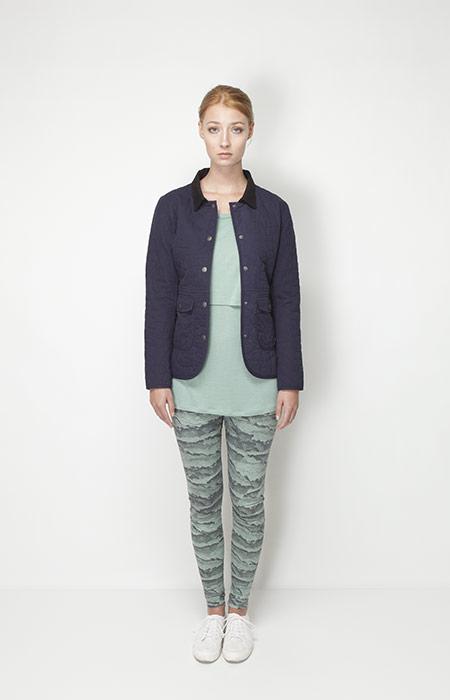 Ucon Acrobatics – dámské oblečení – jarní modrá bunda, zelené legíny se vzorem