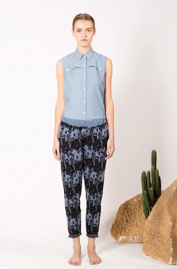 Frisur – dámské oblečení – bledě modrá bavlněná košile, kalhoty se vzorem