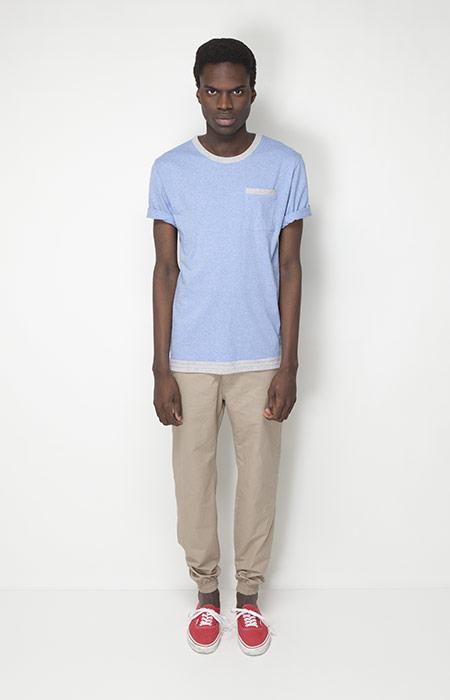 Ucon Acrobatics – pánská móda – modré tričko, béžové kalhoty