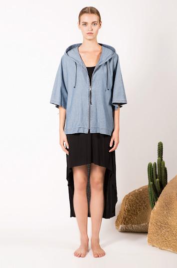 Frisur – dámské oblečení – světle modrá bunda skapucí, letní černé šaty