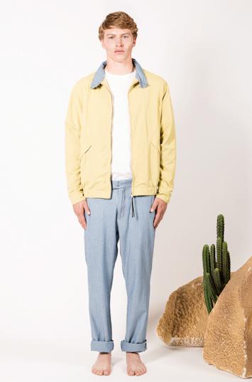 Frisur – pánské oblečení – žlutá jarní bunda, modré kalhoty