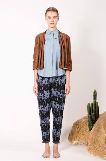 Frisur – dámské oblečení – hnědá jarní bunda do pasu, bavlněná košile, kalhoty se vzorem