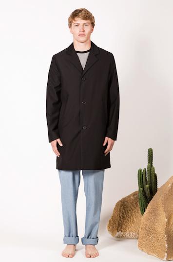 Frisur – pánské oblečení – černý kabát, modré kalhoty