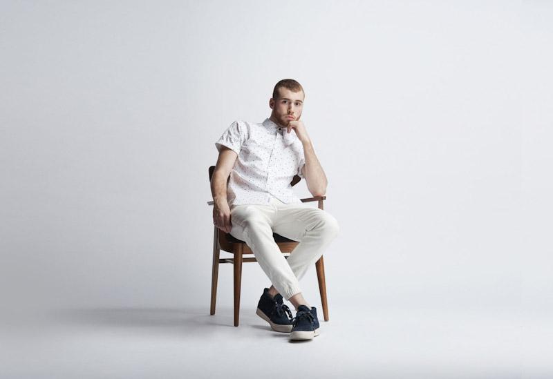 Publish – pánské oblečení – bílá košile spuntíky, smetanové kalhoty