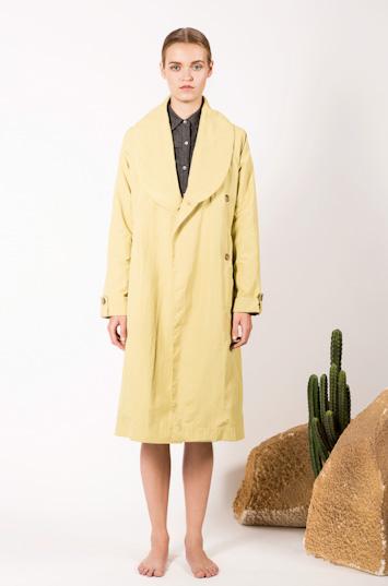 Frisur – dámské oblečení – žlutý plášť, kabát