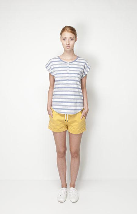 Ucon Acrobatics – dámská móda – pruhované tričko, žluté šortky
