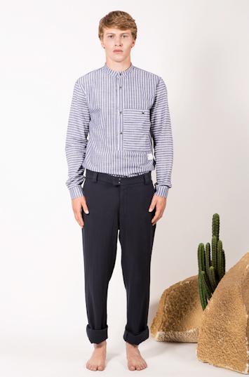 Frisur – pánské oblečení – pruhovaná košile, tmavě modré kalhoty