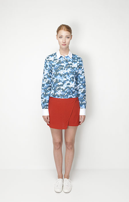 Ucon Acrobatics – dámská móda – modrá košile se vzorem, oranžová sukně