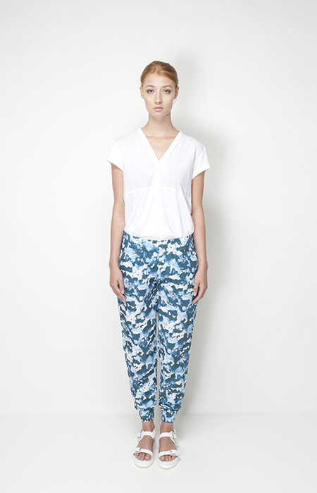 Ucon Acrobatics – dámské oblečení – modré kalhoty se vzorem, bílé tričko