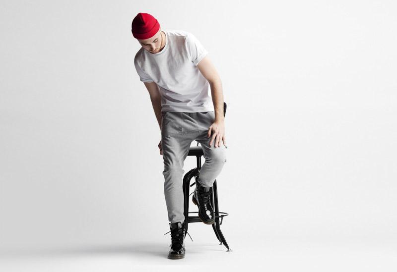 Publish – pánské oblečení – šedé kalhoty, bílé tričko