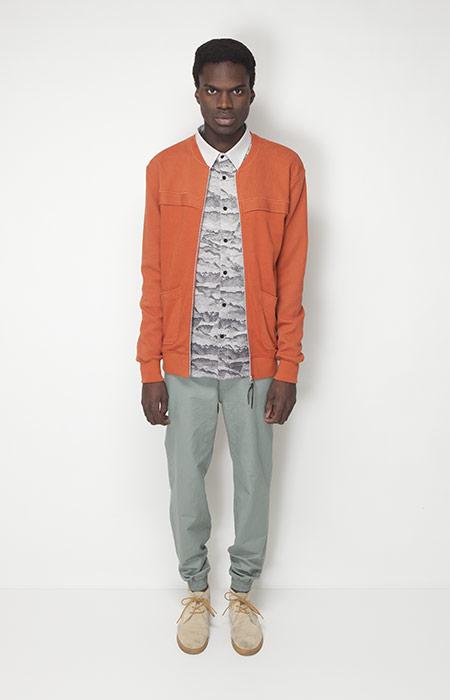 Ucon Acrobatics – pánská móda – jarní oranžová bunda, světle zelené kalhoty