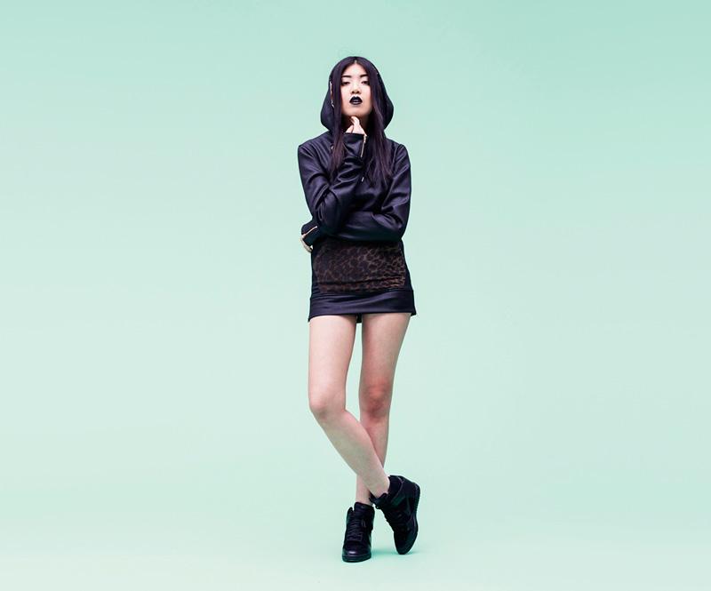 Shook – černé šaty skapucí, leopardí kapsa