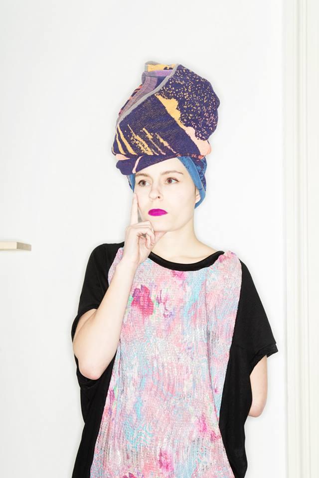 MONGOL – Monika Přikrylová – černé triško s barevným vzorem