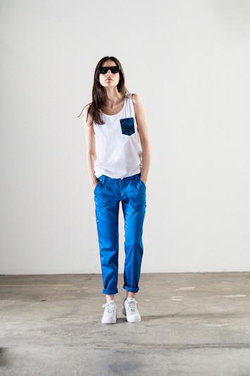 Carhartt WIP – bílé tričko s kapsičkou, modré kalhoty, dámské