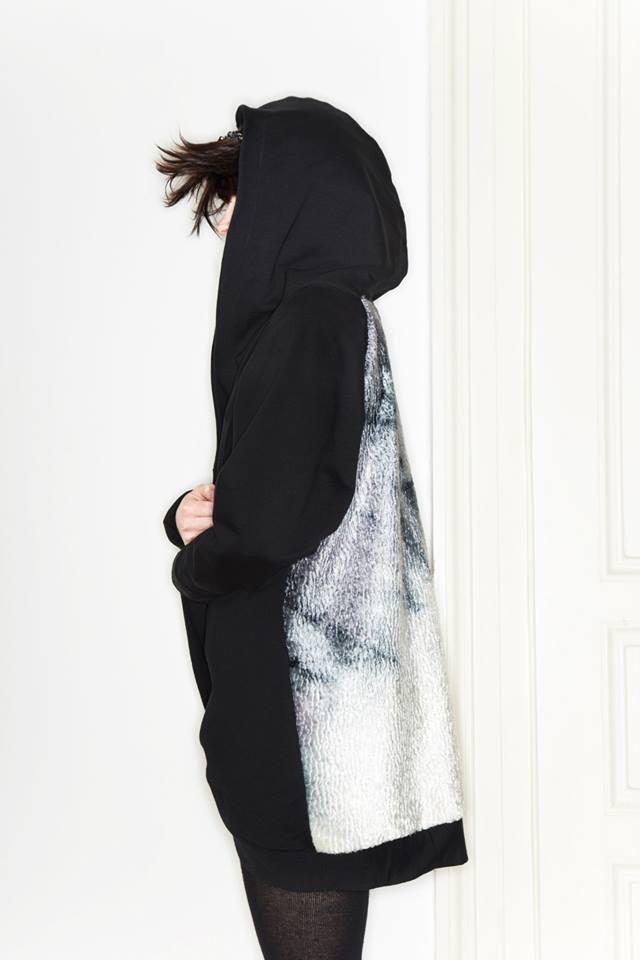 MONGOL – Monika Přikrylová – dlouhá černá mikina s kapucí, stříbrná záda