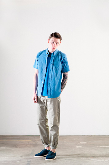 Carhartt WIP – modrá košile, krátký rukáv, šedé kalhoty