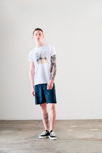 Carhartt WIP – bílé tričko s potiskem, modré šortky, pánské