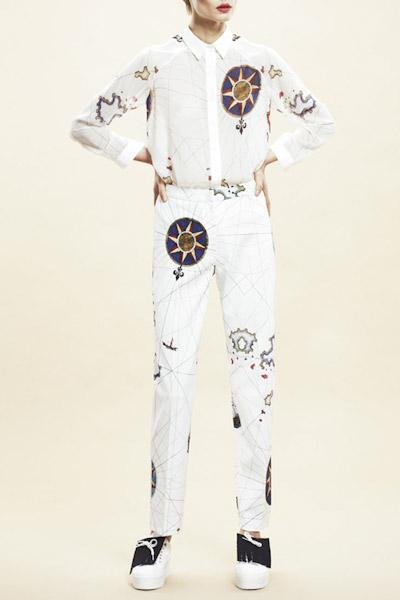 Asli Filinta – dámské bílé kalhoty, košile, symboly