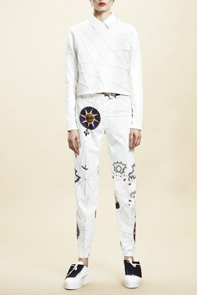 Asli Filinta – dámské bílé kalhoty se symboly
