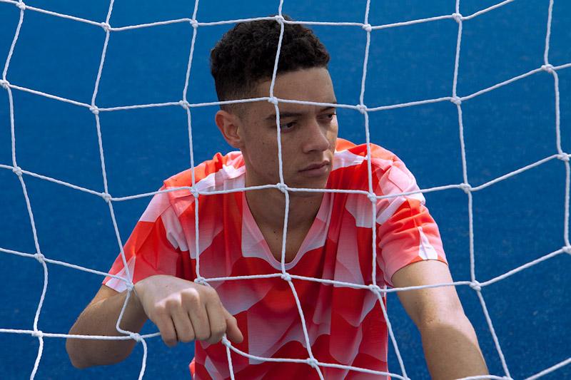 CTRL+C – červený fotbalový dres s geometrickým vzorem