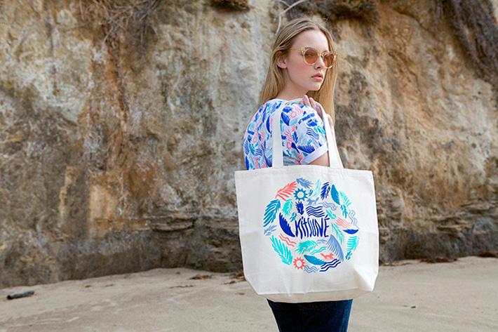 Maison Kitsuné – vzorované letní tričko, plážová taška s potiskem