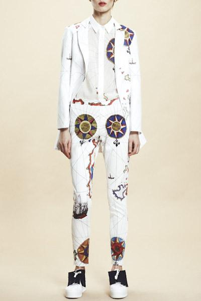 Asli Filinta – dámské bílé sako, bílé kalhoty, symboly