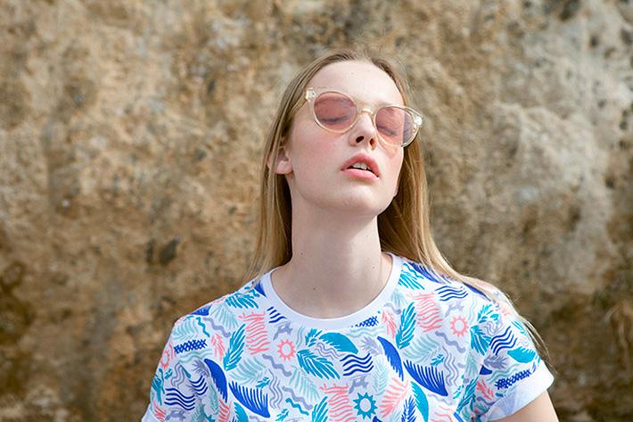 Maison Kitsuné – bílé tričko s barevnými letními vzory